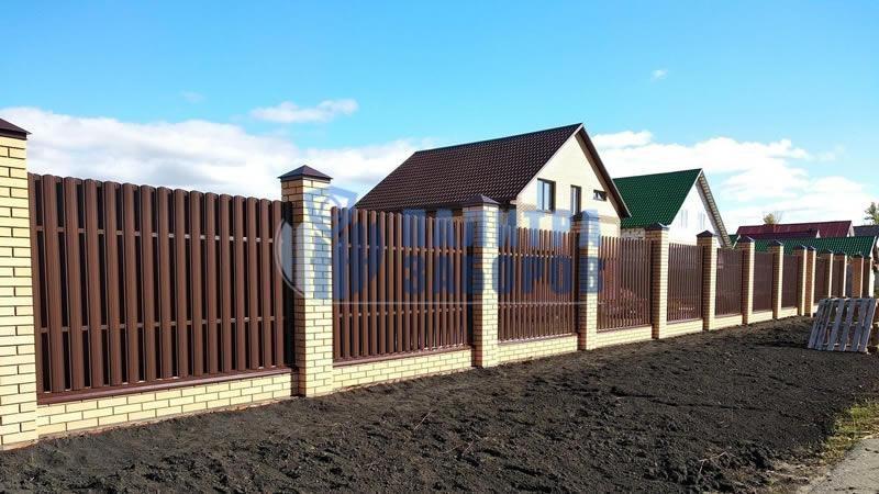 Забор из металлического штакетника на ленточном фундаменте с кирпичными столбами 8 соток