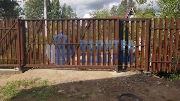 Забор из металлического штакетника с откатными воротами и калиткой 8 соток