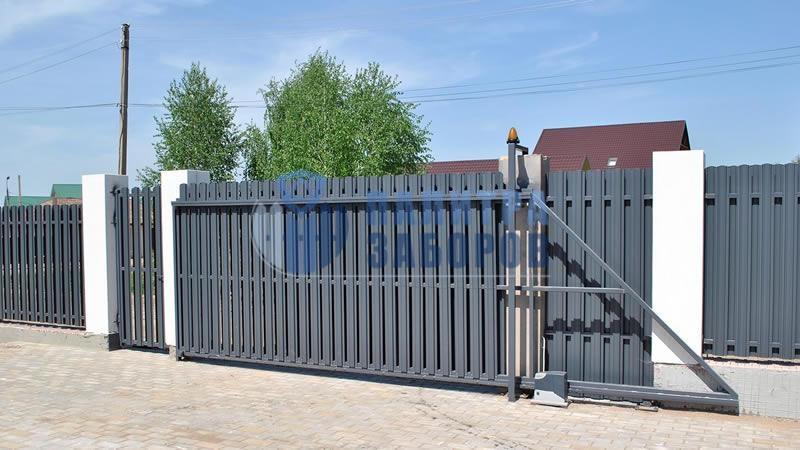 Забор из металлического штакетника с автоматическими откатными воротами и калиткой 8 соток
