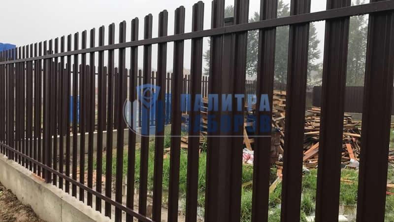 Забор из металлического штакетника  на ленточном фундаменте 8 соток