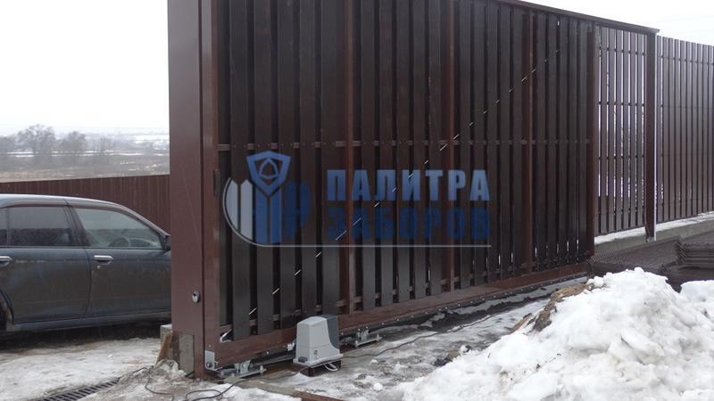 Забор из металлического штакетника с откатными воротами и калиткой 200 метров