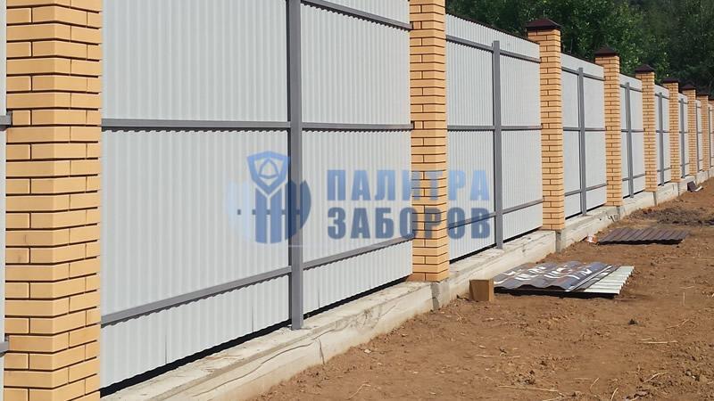 Забор из профнастила на ленточном фундаменте с кирпичными столбами 10 соток