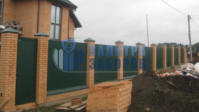 Забор из профнастила на ленточном фундаменте с кирпичными столбами 150 метров в Москве