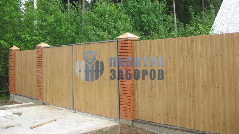 Забор из профнастила на ленточном фундаменте с кирпичными столбами 30 метров