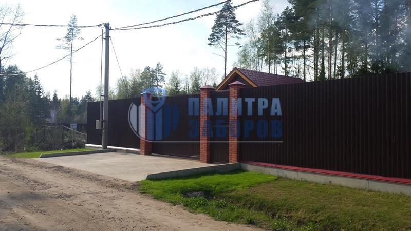 Забор из профнастила на ленточном фундаменте с кирпичными столбами 50 метров в Москве